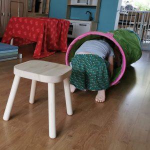 voorbeeld van kruipparcours kind kruipt door tunnel